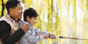 کودکان چذب چه وسایلی میشوند؟ - تقلید کودکان از بزرگترها