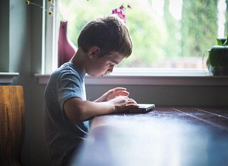 چرا کودکان به وسایل بزرگترها علاقه دارند؟